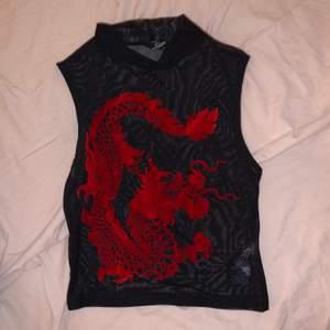 Röd halterneck mesh top velvet drake motiv egirl
