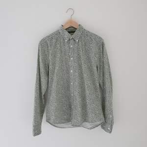 Fin och skön skjorta inköpt på MQ. Märke East West, Storlek M (slim fit), känns som en liten M eller möjligen en S. Skjortan är i bra skick
