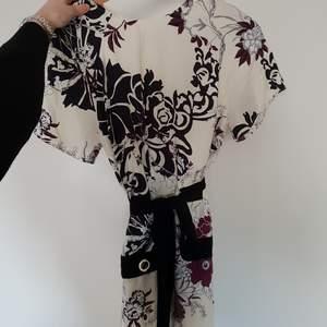 Fin klänning ifrån River Isand! Obs! Det svarta bandet i midjan ingår ej, finns dock två hällor där man enkelt kan välja att trä in vilket skärp eller bälte som man känner för! Fraktas naturligtvis!