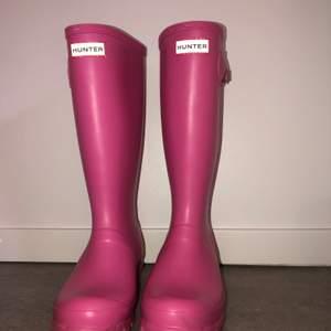 Rosa långa Hunters✨💞 Dem är nästan helt ny köpta det och har nästan aldrig använt dem!❤️💞 (Äkta Hunters och inte kopior😂)