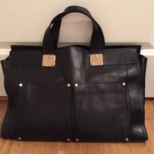 Så fin väska i svart skinn från Filippa K. Det mesta ryms i denna.... dator....Ipad.... block...osv. Den perfekta jobbväskan :)  Fräscht, fint skick!