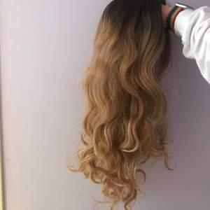 Säljer denna lockiga blonda peruk med mörka rötter då jag inte använder den. Den är 45 cm lång. Hårnät medföljer ej. Inte lace front men kan matchas ihop med en mössa eller hatt om man vill!