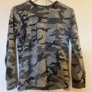 militärmönstrad tröja från madlady, använd få gånger för länge sen. frakt tillkommer