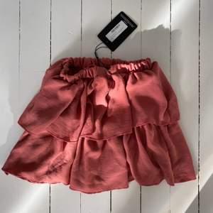 PrettyLittleThing kjol helt oanvänd. Lappen sitter kvar på kjolen. Storlek 32, xs.