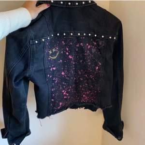 Säljer min svarta jeansjacka från New Yorker, storlek 36! Har själv målat på den, men den kommer ej till användning tyvärr:/ Använd få gånger så väldigt bra skick! Säljs för 150kr inklusive frakt😊