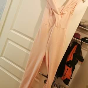 Oanvänd jumpsuit från nelly. Storlek s.