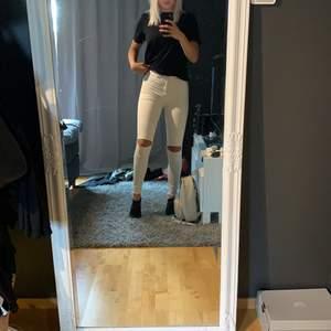 Svinsköna vita jeans från Pull and Bear, använda ett fåtal gånger, känns som tights istället för jeans 😍👖🥰 storlek 38