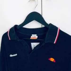 Säljer denna sjukt balla skjorta från ELLESSE. Jag älskar den men tyvärr är den lite stor på mig. Jag är en XXS i de flesta plaggen. Denna passar mer än S/M.