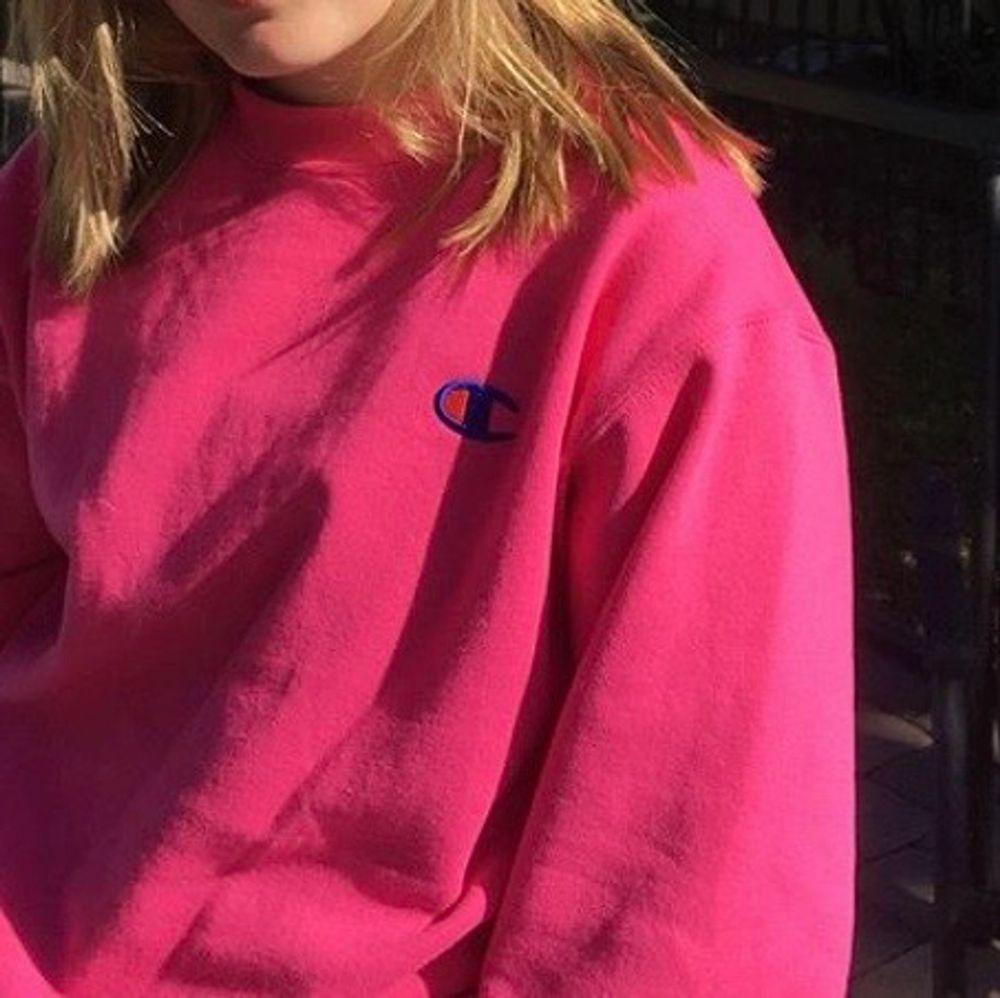 Säljer min super fina champion sweatshirt som jag köpte i usa förra året! Fläcken på bilden finns inte kvar längre och det är sparsamt andvänd. Säljer för den inte kommer till andvändning! Skriv för fler bilder!. Tröjor & Koftor.