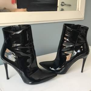 Säljer mina älsklingar efter att använt dem endast en gång, dessa skor är de finaste jag har! Dem är snygga, balla, coola! You name it! Dem sitter som en smäck och är bara helt fantastiska men kan ej ha dem längre då mina fötter vuxit! Nypris på dem var 1200kr pga av äkta läder osv.