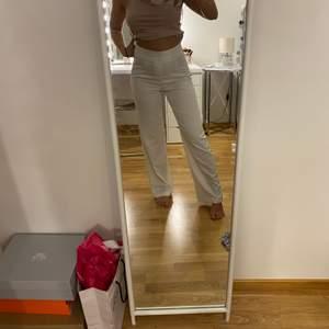 Vita kostymbyxor ifrån bikbok storlek 36 säljer för 120kr köpta för 300
