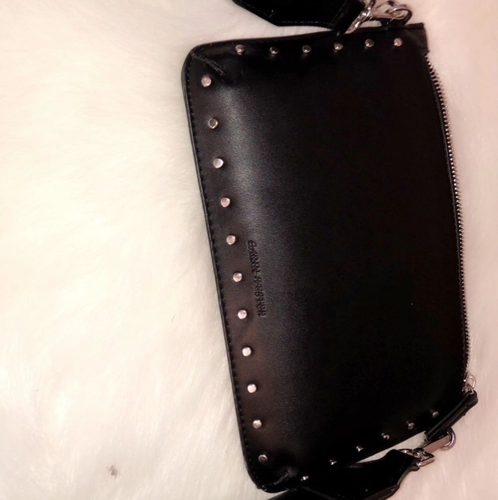 Säljer min vackra Carin Wester väska, med glansigt band, pga för lite användning! Bud från 50kr. Väskor.