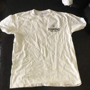 Tryck på ena bröstet och ryggen. Skönt material. Använd 2-3 gånger. Sälja för att den är för liten. Köpt för 350kr. Säljer för 200, priset kan diskuteras.