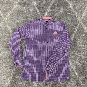 Herrskjortor i storlek 43-44! Väldigt fina skjortor. 200 kr styck. Eller alla tre för 500.