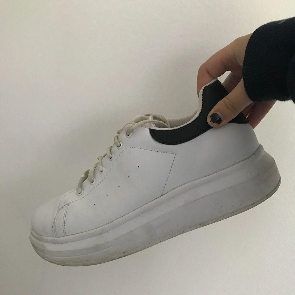 Knappt använda skor från Nelly. Köparen står för frakt ❤️ nypris: 349kr. . Skor.