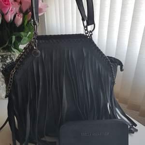Sänkt pris väska+ plånbok              Stella MCartney väska + plånbok mycket bra AA kopia.                                      Kan frakta spårbar 63kr    Titta  på bilder vid intresse kan skicka fler bilder
