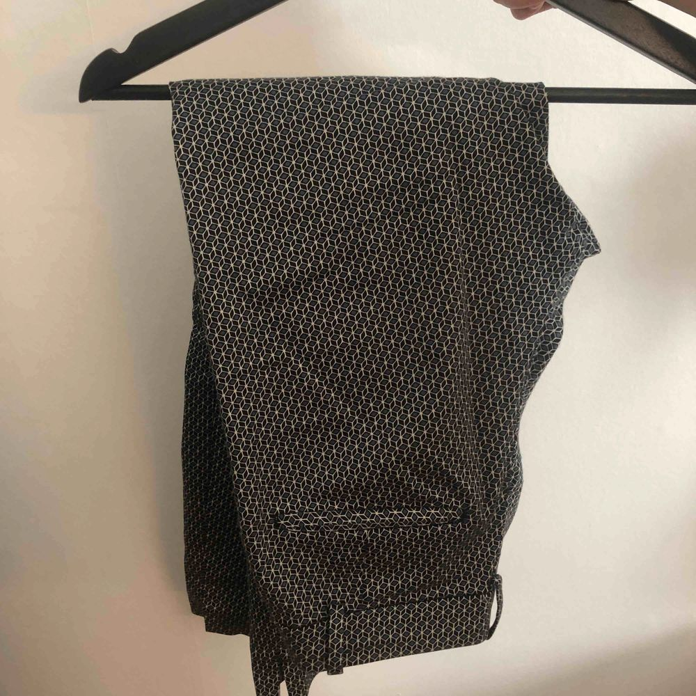 kostymbyxor från H&M i storlek 36. Använda fåtal gånger. Korta i modellen, jag är 153 så sitter bra på mig. Köparen står för frakten. Jeans & Byxor.