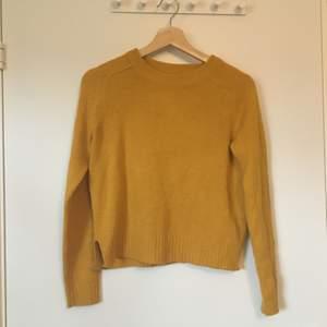 Gul stickad tröja från H&M divided. Stl XS. Gott skick, knapppt använd. Frakt betalas av köparen.