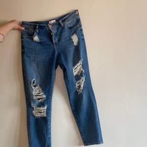 Slitna jeans från River Island. Knappar istället för dragkedja. Storlek 12 vilket motsvarar strl 40. Inköpta för över 500:-.