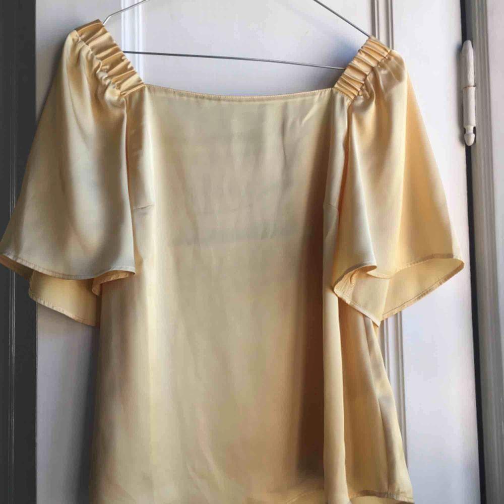 En såå söt sommartopp/blus i skönt material! Aldrig använd i storlek S🌻 Frakt tillkommer🌼. Toppar.