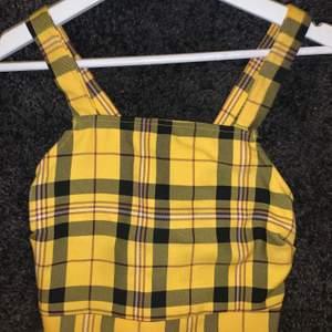 Superfin topp som tyvärr är för liten för mig! Använd 1 gång på festival och kan liva upp en outfit. Köpare står för frakt.