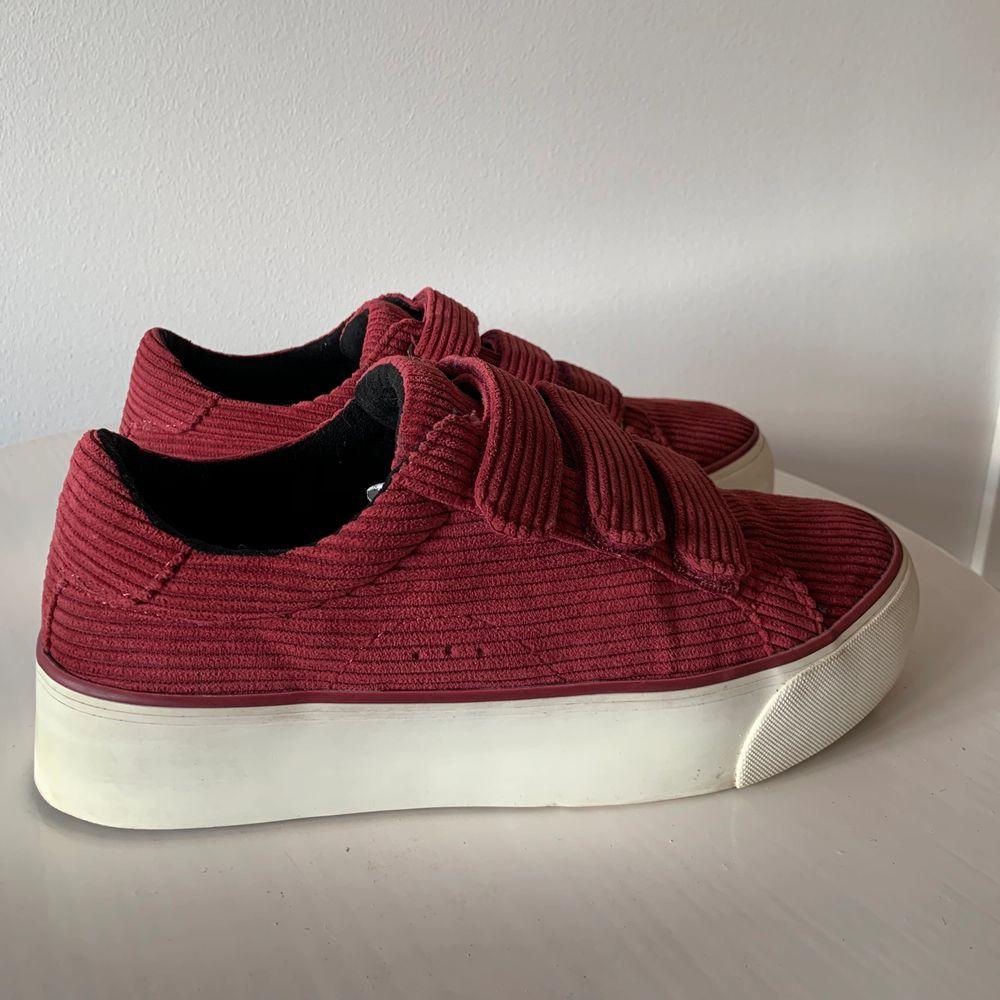 Supersnygga och sköna skor från bershka! Använda men i fint skick som ni kan se på bilderna. Köpare står för frakt.. Skor.