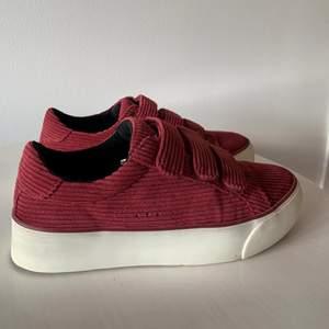 Supersnygga och sköna skor från bershka! Använda men i fint skick som ni kan se på bilderna. Köpare står för frakt.