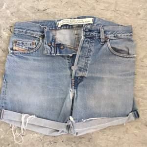 Vintage jeansshorts från Diesel. Supersnygg slitning. Står storlek 31 men passar även mindre personer för mer loose fit.