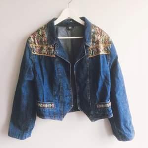 Drömmig jeansjacka, inköpt secondhand men aldrig blivit använd! Längtar efter en bättre ägare!! Knappar saknas tyvärr, men går lätt att sy dit om så önskas!