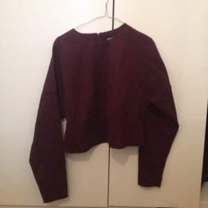 Topp/tröja i vinrött från monki, rätt kraftigt tyg långa ärmar.