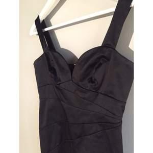 Svart cocktail-dress från H&M i storlek 38. Väldigt snygg i skick och endast använd ett fåtal gånger!🍸   Köpare betalar frakt, swish finns