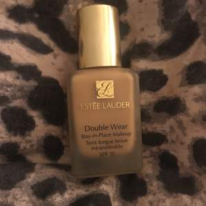 "Säljer en foundation från Estée Lauder- Double wear foundation, 30 ml i färgen ""3W1 Tawny"". Ca 90% är kvar i flaskan och den är ytterst lite använd. Nypris ca: 375kr 💄🥰"