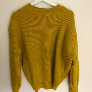 En fin gul stickad tröja från hm, knappt använd. I bra skick. Säljer pga används inte längre.