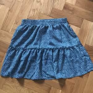 En mörkgrön blommig kjol som är så söt! Knappt använd, på första bilden ser den blå ut men den är mer mörkgrön i verklighet! ❤️