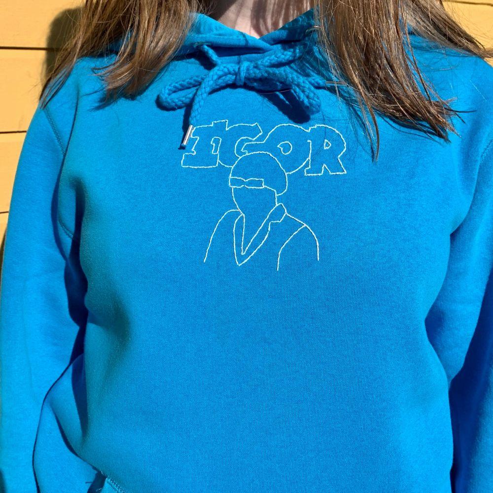 Ännu en handbroderad tröja, denna gång i ett tyler the creator Igor inspirerat motiv 💖 OBS SÅLD, hör av er om ni vill köpa en liknande 💖 Skisser på motiv finns, men skicka gärna egna förslag! 💖 Priset är oftast 300kr men kan variera💖. Tröjor & Koftor.