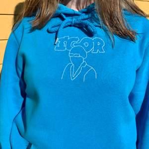 Ännu en handbroderad tröja, denna gång i ett tyler the creator Igor inspirerat motiv 💖 OBS SÅLD, hör av er om ni vill köpa en liknande 💖 Skisser på motiv finns, men skicka gärna egna förslag! 💖 Priset är oftast 300kr men kan variera💖