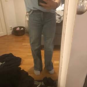 Snygga monki jeans i modellen Yoko. Älskar de men de är för små, är ungefär en M och jeansen är 26 i midjan. Passar nog en S!