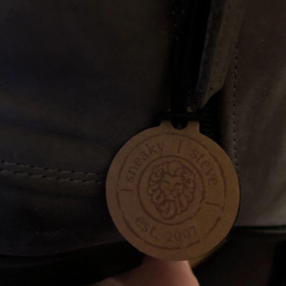 Oanvända Sneaky Steve skor. Kostade ca 1500 kr. Smala där framme.. Skor.