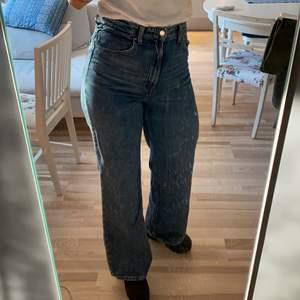 High waist och Wide leg , en härlig 70 tals känsla , väldigt mjuka i tyget. Säljer pga för små för mig. Frakt tillkommer .