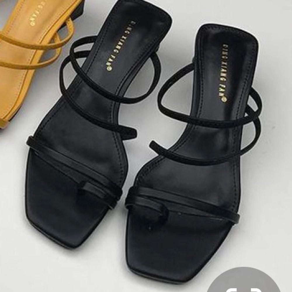 superfina sandaler ifrån asos! aldrig använda. gratis frakt 🖤😊 . Skor.
