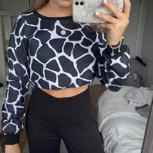 Säljer denna coola sweatern från Na-kd! Använd ca 5 gånger o är ganska bra skick! Frakten inkluderar inte i priset 💗