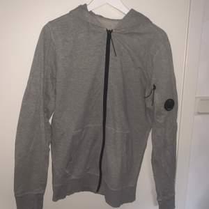 Sweatshirt från Cp company. Inga skador på plagget bara lite slitet därav priset.