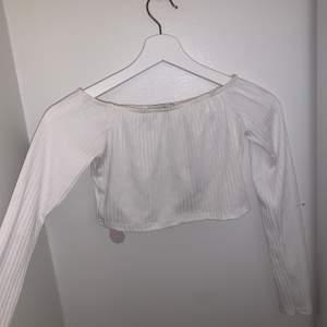 Vit croppad tröja som går ner på axlarna med långa armar. Sjukt fin tröja men som tyvärr är lite genomskinlig på mig.. den är därför bara använt ca 1-2 ggr och är i väldigt bra skick.