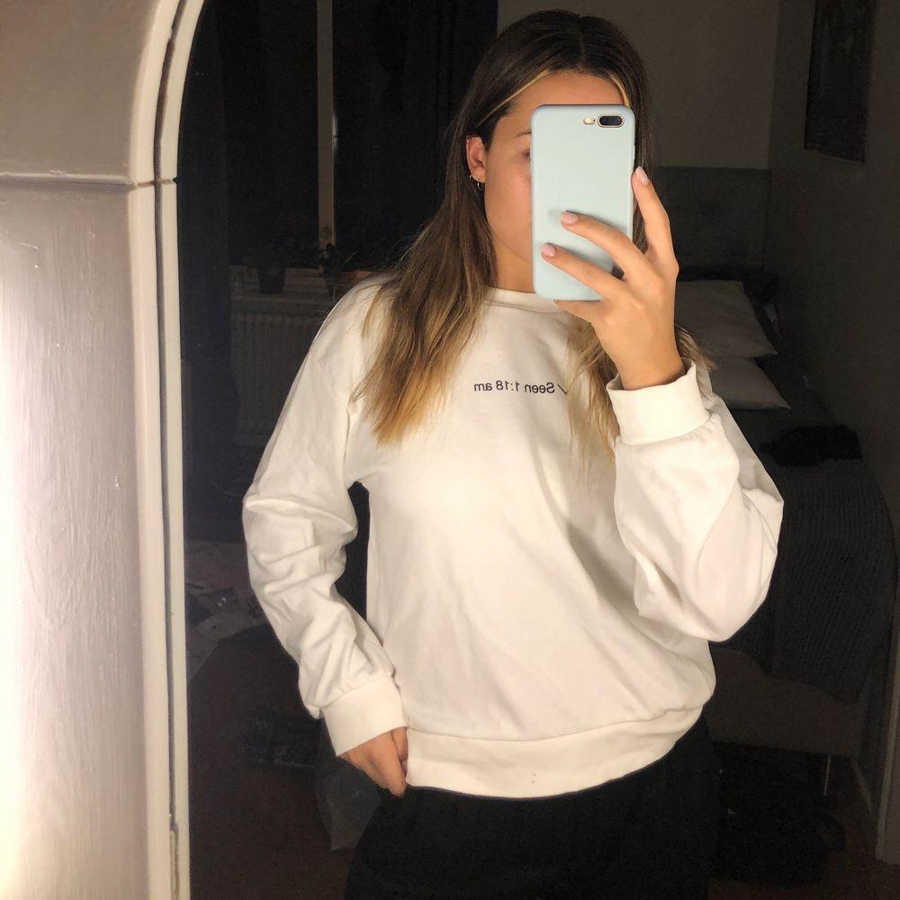 Vit gosig sweatshirt från Bershka som är använd fåtal gånger. Är lite oversize 🌸. Tröjor & Koftor.