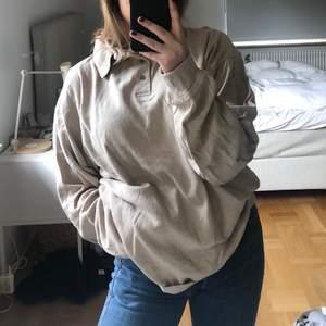 Världens mysigaste beige knapp tröja i storlek XXL. Märket heter Atwardson.