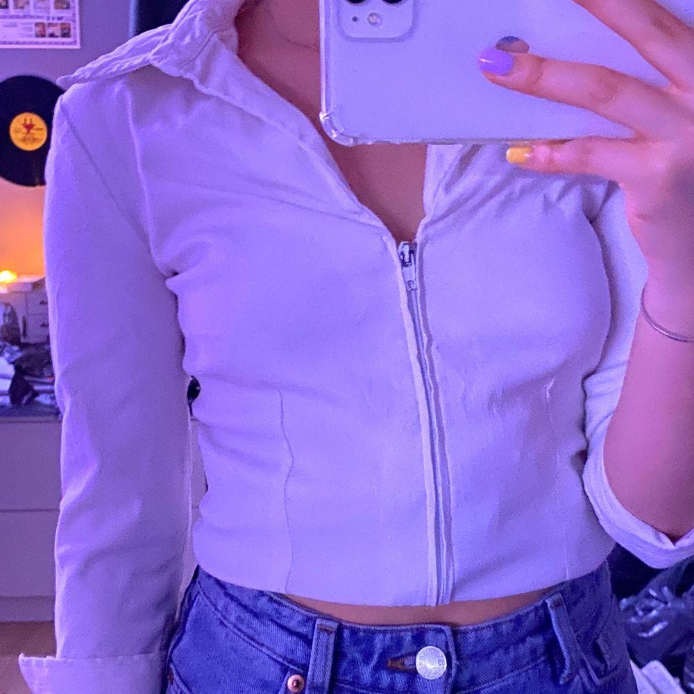 Vit skjorta som jag har vikt upp lite på bilden🤍🤍🤍 . Skjortor.