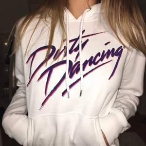 """Enkel men snygg hoodie, slogan """"dirty dancing"""" och mysig🤍  Hör av dig vid intresse eller frågor❣️"""