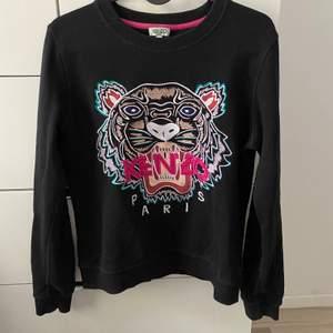 säljer mina 2 kenzo tröjor första är stl M men den är som en Xs/S den andra tröjan är stl S