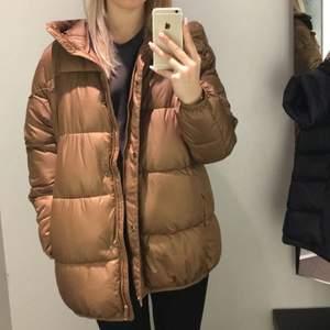 En höst jacka som är super mysig nu till hösten. Den är rätt stor i storleken. Kommer från hm, färgen är lite brun bronzig, frakt tillkommer kommer 🤎