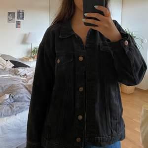 Svart jeans jacka från Monki i storlek xxs men passar mig som är xs/s. Den är lite washed svart så inte helt svart. Skickas med spårbar post via DHL och köparen står för fraktkostnaden!